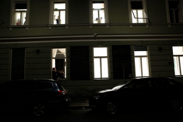 8 Fenster. Ein theatrales Vexierspiel Hauswand