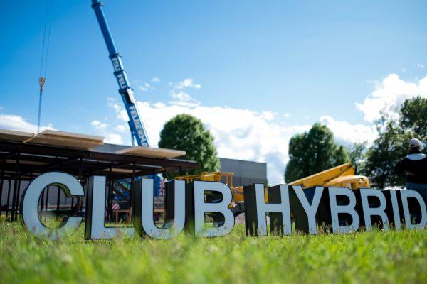 Club Hybrid Schriftzug Baustelle